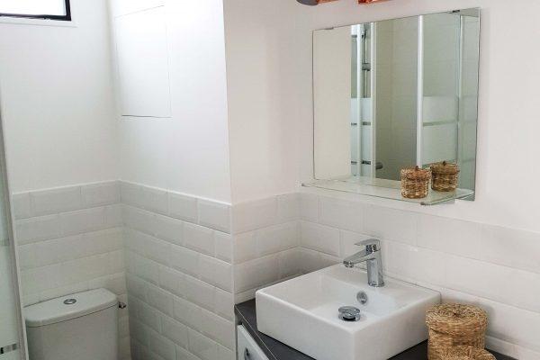 salle de bain avec toilette et lavabo d'un appartement louer