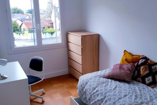 Chambre avec lit, bureau, commode de l'appartement locatif